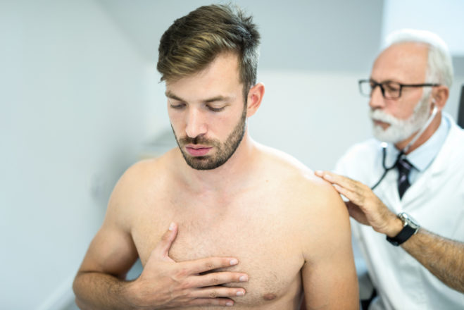 Mann beim Abhören seiner Lunge