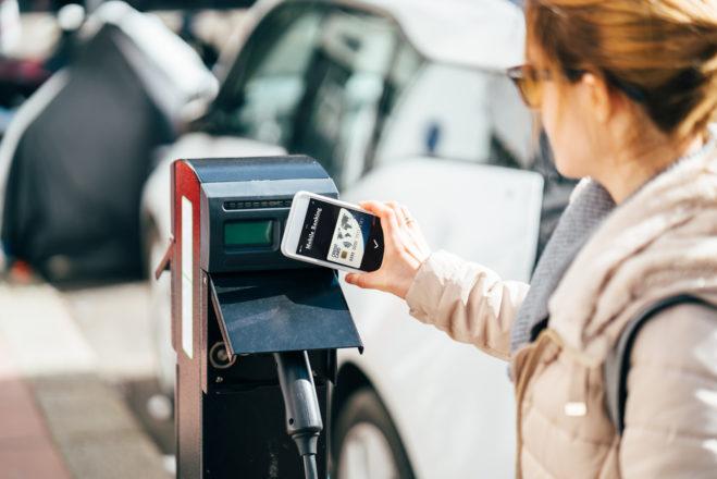 kontaktloses-bezahlen-fuer-das-laden-eines-elektroautos-digital-chiefs